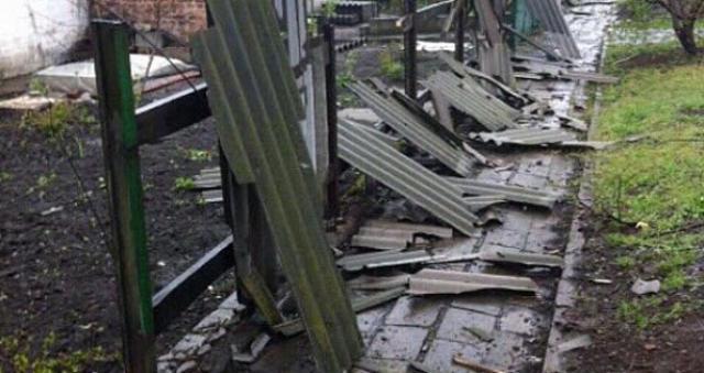 В итоге ночных обстрелов Марьинки часть города обесточена, разрушены дома